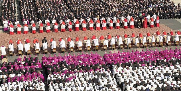 Kardinäle auf dem Petersplatz in Rom: Wie viele Purpurträger sind zum Wandel fähig? (Foto: pa/dpa/Boris Roessler)