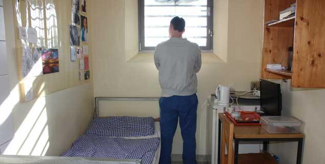 Eingesperrt: Ein Häftling in seiner Zelle. Der Gefängnisseelsorger sieht die Gefangenen trotz ihrer Taten als Menschen, die Hilfe brauchen (Foto: Lerch)