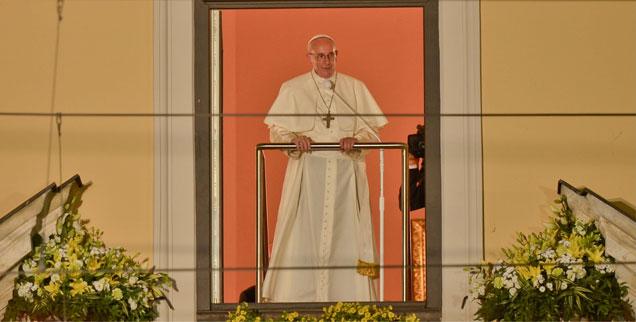 Viele Polen hätten gern einen anbetungswürdigen Papst, eine Figur wie Johannes Paul II. Doch Franziskus will das nicht sein. Da helfen auch alle Podeste und Ornamente nichts, die man für ihn zum Weltjungendtag aufgebaut hat. (Foto: picture alliance/NurPhoto/Artur Widak)