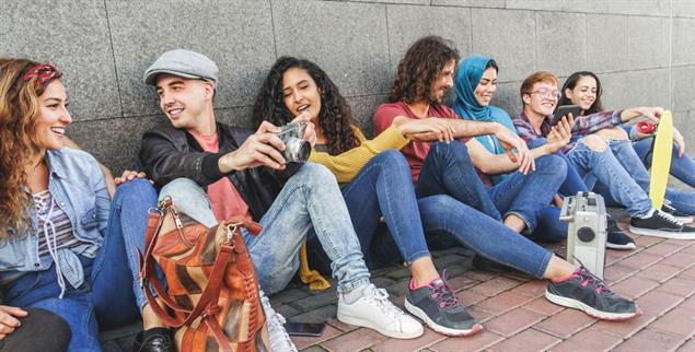 Wer im Gespräch ist, denkt auch über den eigenen Glauben nach. Junge Muslime in Münster (Foto: Getty Images/iStockphoto/DisobeyArt; riedrich Stark)