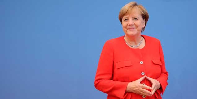 In der Bundespressekonferenz: Die Hände zur Raute geformt, stellt sich Bundeskanzlerin Angela Merkel den Fragen der Journalisten (Foto: pa/Kappeler)