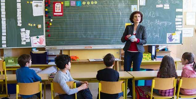Behält die Nerven, auch wenn Schüler ausrasten: Sonderpädagogin Vera Affeln in einer zweiten Klasse in Frankfurt am Main. (Foto: Meise)