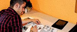 Amir, ins Studium seiner Bücher vertieft: Deutsch zu lernen ist ihm wichtig. Auch wenn gerade sein großer Traum zerplatzt ist. (Foto:Lea-Verena Meingast)