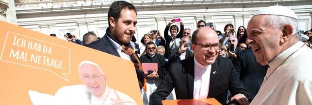 Auf Augenhöhe? Thomas Andonie (ganz links) überreicht Papst Franziskus Post von Jugendlichen aus Deutschland. (Foto: Vatican Media)