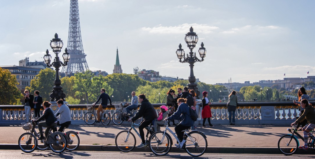 Radfahrer auf der Pont Alexandre III (Foto: Getty Images/iStockphoto/Delpixart)