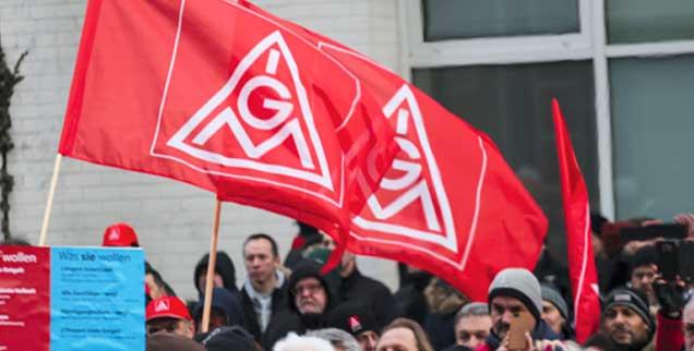 Der Arbeitskampf der IG Metall hatte Erfolg, die Gewerkschaft konnte eine Lohnerhöhung und flexible Arbeitszeitverkürzung durchsetzen, letzteres hilft vor allem Beschäftigten mit Kindern und pflegebedürftigen Angehörigen (Foto. pa/Pohl)