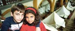 Erstes Kirchenasyl in der Stadtkirche St. Michael, Jena, September 1994: Zelte geben Zuflucht für Bürgerkriegsflüchtlinge aus Armenien. Darunter sind auch Kinder. Es gelingt damals zunächst, die bereits eingeleitete Abschiebung der Flüchtlinge zu verhindern. (Foto: pa/Kasper)
