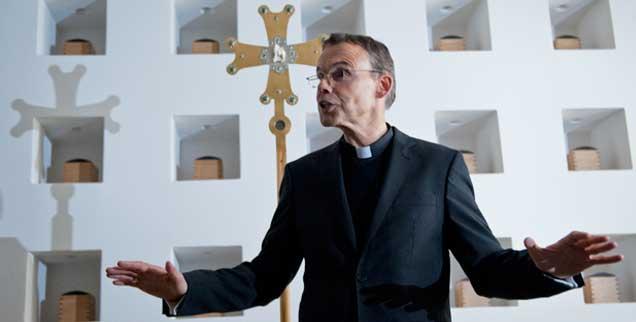 Franz-Peter Tebartz-van Elst ist der Bischof von Limburg: Für immer mehr Katholikinnen und Katholiken seiner Diözese scheint er aber nicht die richtige Besetzung zu sein. Der Protest formiert sich öffentlich. (Foto: pa/Roessler)