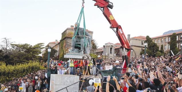 Gestürzter Kolonialherr: Die Statue von Cecil Rhodes an der Uni Kapstadt wurde 2015 abgebaut(Foto: pa/ap/Schalk van Zuydam)