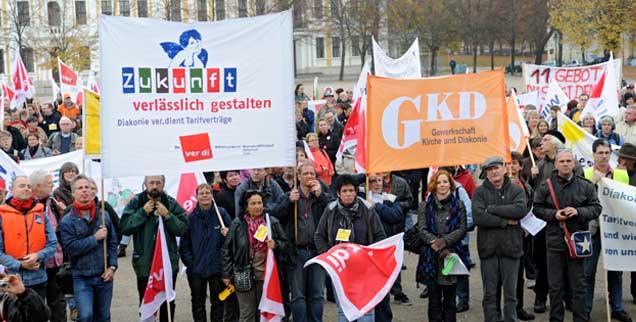 Demonstration zur EKD-Synode: Das Kirchenparlament beharrte auf dem Sonderweg der Kirche im Arbeitsrecht samt Streikverbot und wandte sich zugleich gegen Missstände in der Diakonie (Foto:epd/Neetz)
