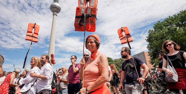 Mitte Juli, Berlin, Demo mit Rettungswesten: Die Bewegung »Seebrücke« geht nicht nur in der Hauptstadt, sondern in vielen Städten Deutschlands auf die Straße, um für eine Entkriminalisierung der Seenotrettung zu demonstrieren. (Foto: pa/dpa/Joerg Carstensen)