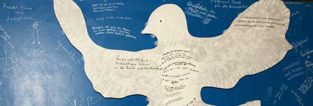 Die Taube als Sinnbild des Friedens: Wie gelingt, trotz weltweiter realer Gewalt und solcher in Medien und Computerspielen, eine Erziehung zum Frieden an Schulen?