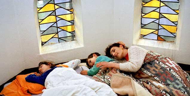Asyl in der Kirche: Auf dem Matratzenlager müssen es Geflüchtete jetzt deutlich länger aushalten als früher, bis ihr Fall entschieden ist. Deutschland hat die rechtliche Regelung geändert. (Foto: epd/ Netzhaut/Dietrich)