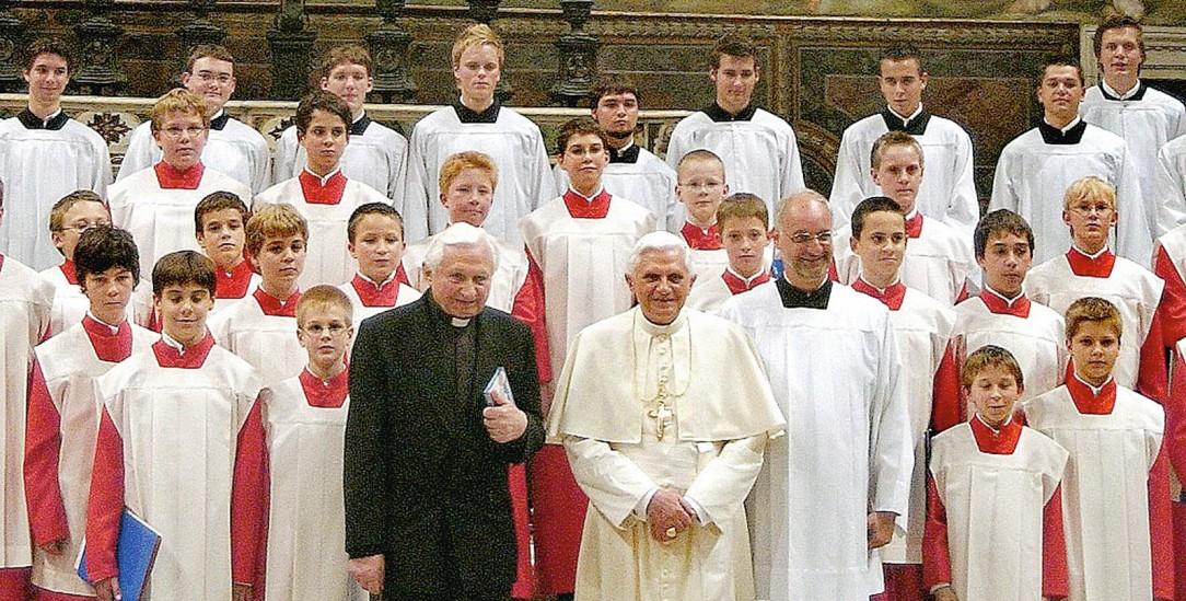 In der Sixtinischen Kapelle: Die Ratzinger-Brüder mit den Regensburger Domspatzen vor dem »Jüngsten Gericht« Michelangelos (Foto: KNA)