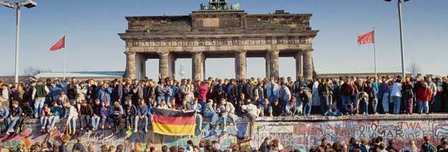 Berlin, einen Tag nach der Maueröffnung im Jahr 1989: Welches Land hat die Chance, sich über die unterschiedlichen Erfahrungen in einer gemeinsamen Sprache auszutauschen? Wann beginnen wir, diese Unterschiede als Reichtum zu begreifen und nicht als Defizit? (Foto: imago/imagebroker)