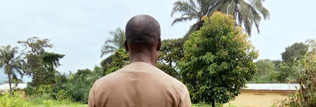 Esao Masungong, aus Sicherheitsgründen von hinten fotografiert, hat Todesangst. In seinem Land herrscht Bürgerkrieg: »In den Augen unserer Regierung sind wir nicht länger Menschen.« (Foto: privat)