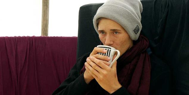 Geschwächt vom Hungerstreik: Henning Jeschke versucht, sich warm zu halten (Foto: Müller-Güldemeister)