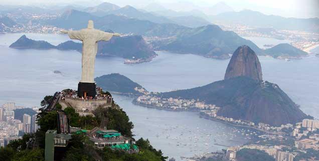 Christus-Statue in Rio de Janeiro: Die brasilianische Kultur ist von Religion durchdrungen, doch unter den Gläubigen gibt es einen rasanten Wandel, der Anteil der Katholiken an der Bevölkerung wird kleiner, evangelikale und pfingstlerische Kirchen wachsen schnell (Foto: pa/Reuters/Domingos)