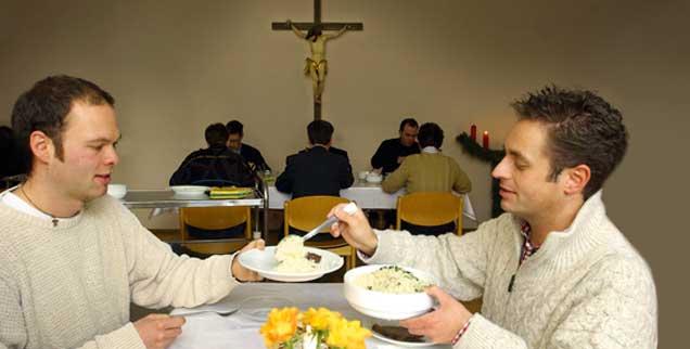 Mittagessen im Priesterseminar: Glücklich, wer hier offen über sich reden kann. (Foto: pa/Heddergott)