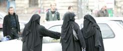 Vollverschleierte Frauen in der Innenstadt von München: Tschador und Niqab gehören in vielen deutschen Metropolen zum Straßenbild. Auffallend sind sie wohl vor allem deshalb, weil diese Art von Vollverschleierung bei uns nach wie vor nicht häufig ist. (Foto: pa/Ulrich Baumgarten)