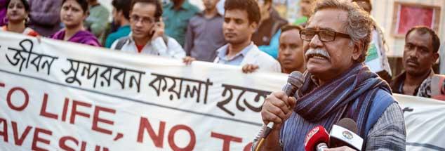 Anu Muhammad (vorn rechts) Anfang des Jahres bei Protesten in Dhaka gegen das Projekt Rampal: Der Wirtschaftsprofessor, Autor und Aktivist will ein Kohlekraftwerk nahe der Mangrovenwälder verhindern. (Foto: Weyand)