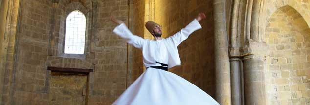 Tanzender Derwisch in einer spätmittelalterlichen Kirchenruine auf Zypern: »Musik ist die schönste Offenbarung Gottes.« (Foto: pa/Kalaene)