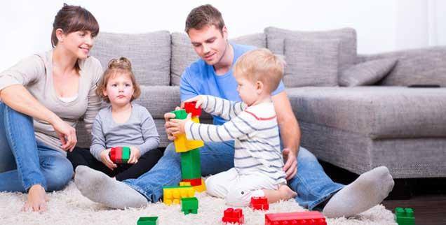 Mit Mama und Papa zu Hause - am hellichten Nachmittag: Wenn die Kernzeit der Familien, die irgendwo zwischen 16 und 21 Uhr liegt, auf dem Arbeitsmarkt eine Rolle spielte, wäre das Vereinbarkeitsproblem vieler Eltern gelöst. (Foto: Diana_Drubig/fotolia)