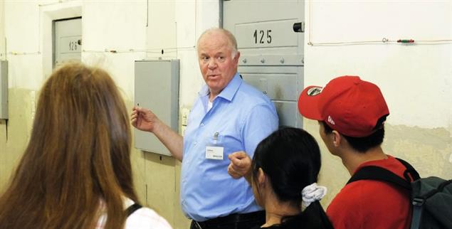 Gang durch die Geschichte: Zeitzeuge Rolf Kranz zeigt Schülern das frühere Stasi-Gefängnis Hohenschönhausen (Foto: Scheffer)