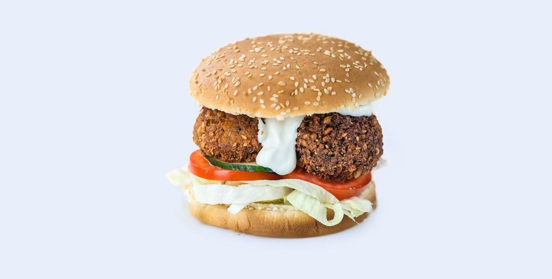 Herzhafter Bratling im luftigen Brötchen: Immer mehr Menschen greifen zum Veggie-Burger (Foto: istockphoto)