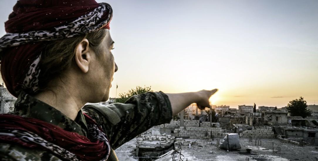 Ein Demokratie-Experiment, das dem Untergang geweiht ist: Frauen waren im Kurdengebiet Rojava gleichberechtigt. Doch dieser angeblich westliche Wert zählt nicht im geopolitischen Machtspiel in Nordsyrien (Foto: pa/Jade Sacker/NurPhoto)