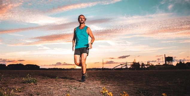 Läuft und läuft: Pater Tobias bei seinem Wüsten-Marathon (Foto: Daniel Elke)