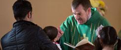 Pastor Gottfried Martens segnet in der Dreieinigkeitskirche in Berlin-Steglitz muslimische Kinder vor ihrer Taufe. Mehrere hundert Iraner und Afghanen sind bei ihm zum Christentum übergetreten. (Foto: pa/dpa/Lukas Schulze)