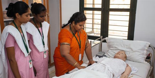 Im Bildungszentrum Pravaham in Südindien werden junge Dalit Frauen zu Pflegehelferinnen ausgebildet (Foto: medio.tv/Dellit)