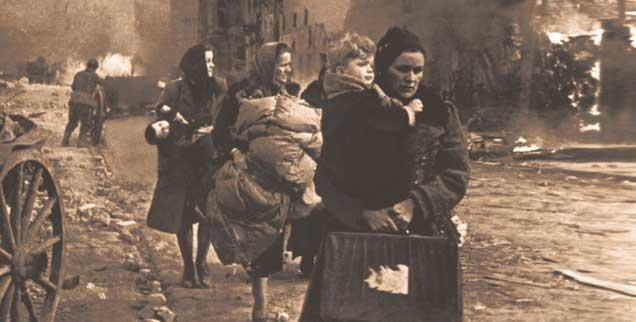 Flüchtende Frauen und Kinder in einer umkämpften Straße in Danzig: Im Frühjahr 1945 wurden Millionen Menschen nach Westen vertrieben. (Foto: pa/akg)