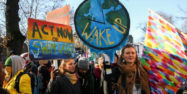 Demonstranten fordern während der Klimakonferenz von Kattowitz mehr Anstrengungen der Staaten beim Klimaschutz (Foto: pa/NurPhoto/Beata Zawrzel)
