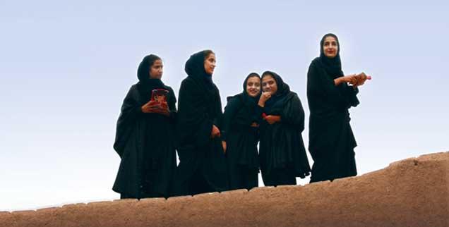 Iranische Schülerinnen auf dem Dach eines Lehmhauses in der mittelalterlichen Festungsstadt Rayen. (Foto: Baas)