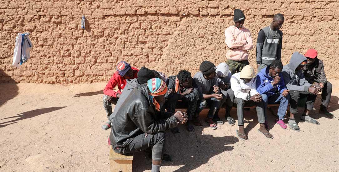 Ausgelaugt und verzweifelt: Menschen unter der glühenden Sonne von Agadez (Foto: Hartmut Schwarzbach/Argus)