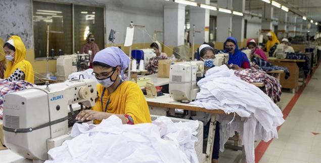 Nähen für den Weltmarkt: Frauen in einer Textilfabrik in Bangladesh (Foto: pa/Asad)
