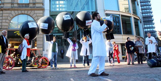 Mitten in Frankfurt protestierten Mitglieder des Vereins »Internationale Ärzte für die Verhütung des Atomkrieges« gegen die Finanzierung von Rüstungsfirmen durch Banken (Foto: ippnw/flickr)