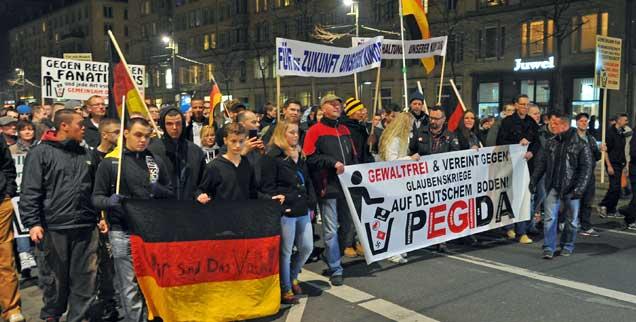 """Dresden, seit Wochen jeden Montagabend dasselbe Bild: Tausende Demonstranten laufen  durch die Innenstadt. Sie folgen einem Aufruf der Initiative """"Patriotische Europäer gegen die Islamisierung des Abendlandes""""(PEGIDA). (Foto: pa/Hiekel)"""