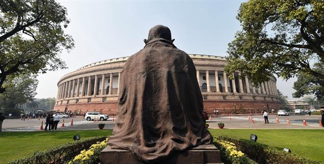 Vergessener Held: Gandhi-Denkmal vor dem Parlament in Neu Delhi (Foto: pa/epa/str)