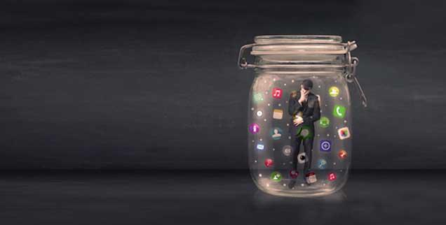 Das Internet, eine in sich geschlossene Welt mit wenig Kontakt zur Realität? Der Sozialpsychologe Harald Welzer meint, ja: »Die sogenannten User werden nur mit Informationen versorgt, die sie ohnehin haben wollen. Sie erhalten Freizeitangebote, Gesundheitskontrollangebote – alles personalisiert und ausschließlich in Bereichen, in denen sie sich schon immer bewegen«. Die eigene Erfahrung bleibt für ihn dabei auf der Strecke (Foto: ra2 studio/Fotolia)
