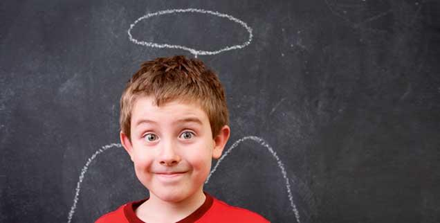 Rätselraten schon in der Grundschule: Lebt Gott im Himmel? Kann ich mal hinflattern? (Fotos: shutterstock/Tucker)