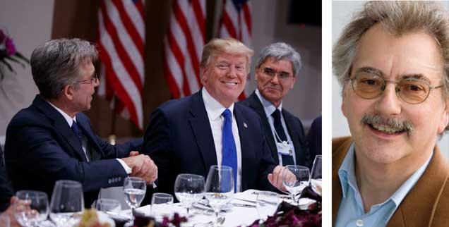"""US-Präsident Trump in Davos """"im Kreise seiner Lieben"""": Wirtschaftsbosse Bill McDermott (SAP), Joe Kaeser (Siemens). Unternehmen, die von den massiven Steuersenkungen in den USA profitieren, ziehen Geld und Arbeitsplätze aus Europa ab. """"Gefährlich"""", sagt Wolfgang Kessler (rechts). (Foto: pa/ap/Vucci)"""