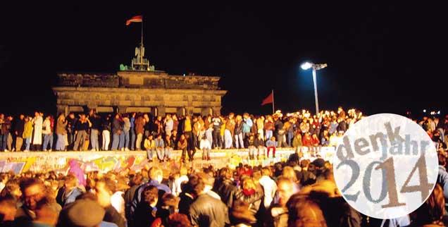 Berliner feiern am 9. November 1989 die Maueröffnung am Brandenburger Tor: Für den Osten Deutschland folgten danach  tiefgreifende Veränderungen. Doch die Chance, dass auch die westdeutsche Gesellschaft im Zuge des Einigungsprozesses ihre sozialen und politischen Grundlagen überdenkt, wurde vertan (Foto: pa/Palm)