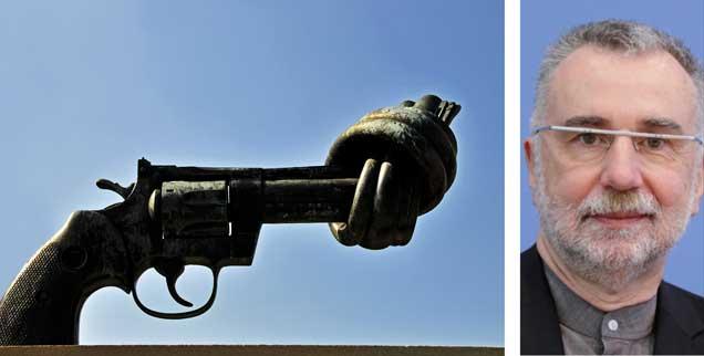 Militäreinsätze und Kriege können in bestimmten Situationen für einen Schutz der Zivilbevölkerung sorgen, der Pazifismus hat für diese Situationen keine Lösung anzubieten, meint der Politikwissenschaftler Jochen Hippler (Fotos: pa/Bildagentur-O; Imago Stock6People/Metodi Popow)