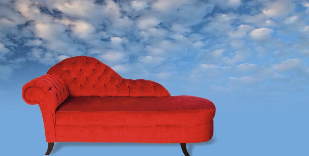 Bei Gott auf der Couch? Nicht jeder fühlt sich durch Religion gestärkt. Wer es aber tut, findet Coping-Strategien, die nachhaltig wirken. (Foto: Niebrugge/Alamy Stock Photo )