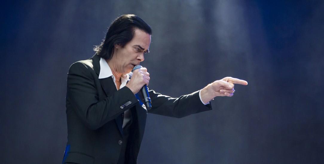 Musiklegende Nick Cave (im Bild) ist für schwermütige Klänge und religiöse Symbolik bekannt (Foto: pa/Gonzales Photo/Jarle H. Moe)