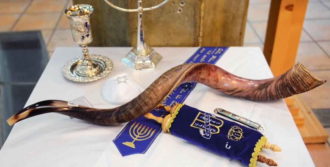 BU machen Begleiten jüdischen Alltag und Festtage: Kippa, der siebenarmige Leuchter, Tora, Kidduschbecher, Mesusa und das Schofarhorn (Foto: alamy/Boaz Rotte)