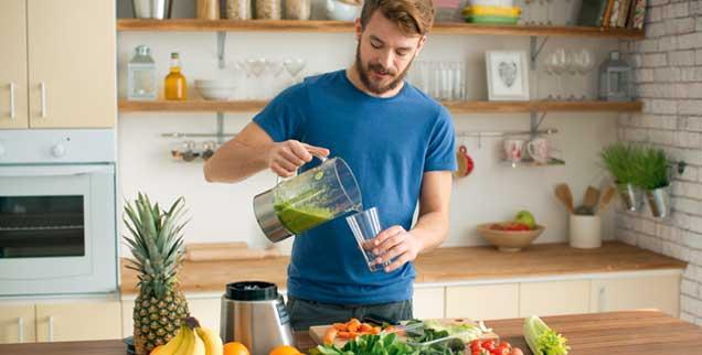 Gesundheit aus dem Mixer: Smoothies aus püriertem Obst und Gemüse werden immer beliebter. Sie enthalten Vitamine und Mineralstoffe. (Foto: istockphoto/svetikd)